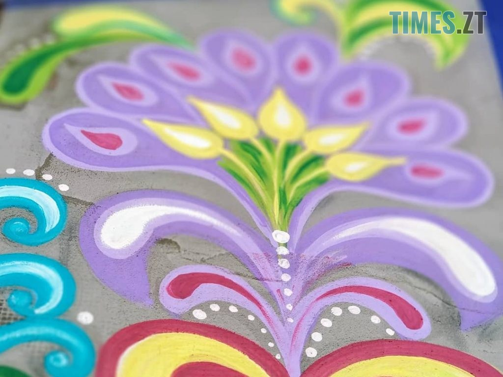 40298015 401f 4562 af2e fffa3040ae67 1024x768 - Синьо-жовтий кіт, фруктовий сад та мистецькі вікна: у Житомирі з'явився новий арт-фасад (ФОТО)