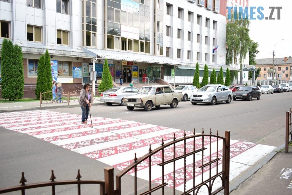 46994bd1 6d43 4dc6 995b 6df53c5399c8 1024x684 - Повна рожа та шеврони: в Житомирі пішохідний перехід оздобили українським орнаментом (ФОТО)
