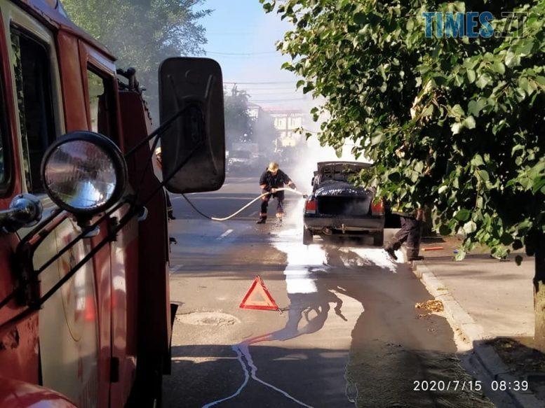 6709c40b7a35 e1594814145272 - В Бердичеві посеред дороги палав автомобіль (ФОТО)