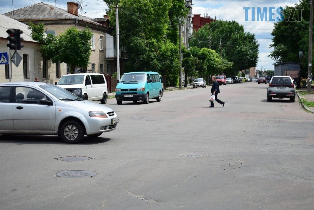 67be38e9 e38c 4c80 a6c0 7e918df52830 1024x684 - Повна рожа та шеврони: в Житомирі пішохідний перехід оздобили українським орнаментом (ФОТО)