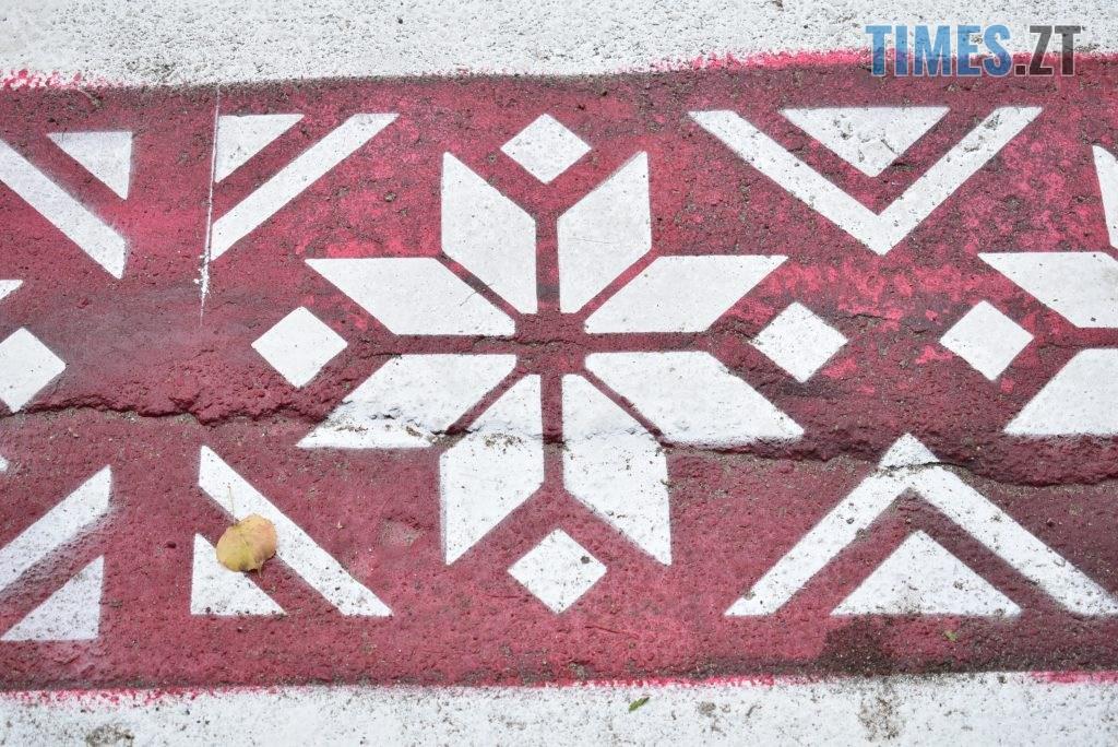 70c41548 6912 47a4 b10d 12e230c1b569 1024x684 - Повна рожа та шеврони: в Житомирі пішохідний перехід оздобили українським орнаментом (ФОТО)