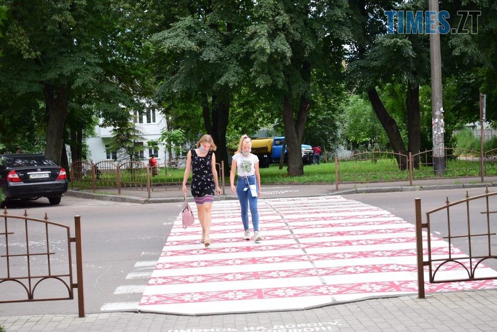 9155936a 3d9c 47b2 88f3 427f9005e205 1024x684 - Повна рожа та шеврони: в Житомирі пішохідний перехід оздобили українським орнаментом (ФОТО)