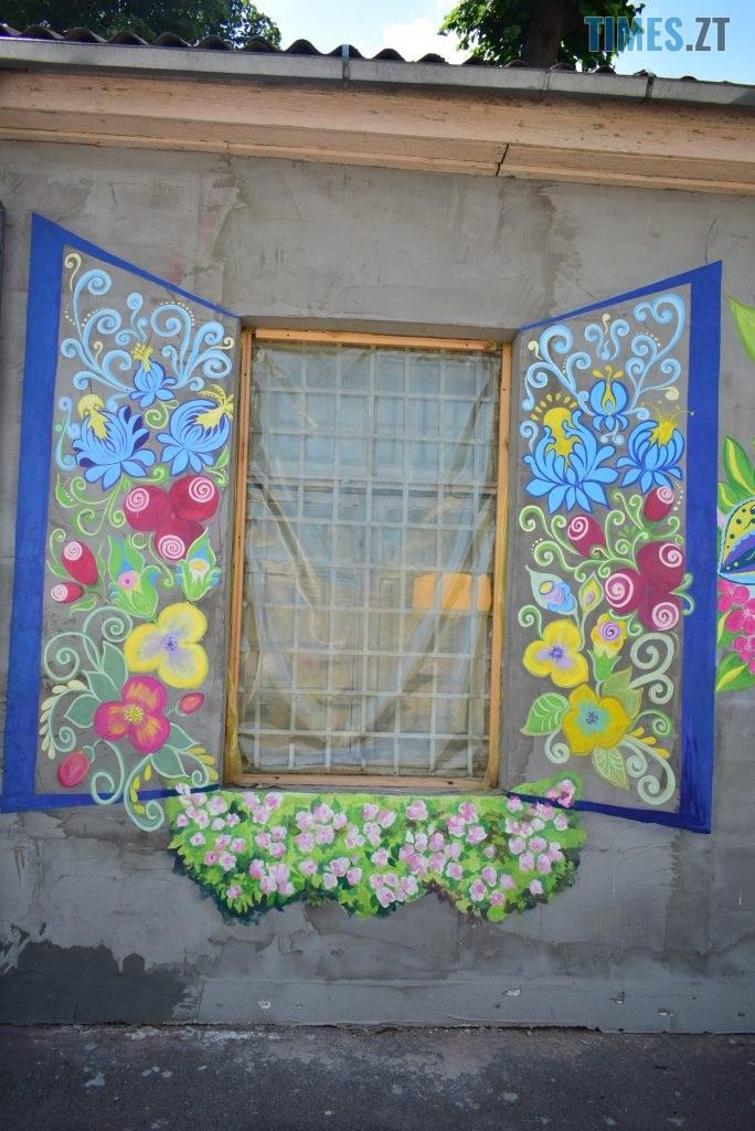DSC 0968 684x1024 - Синьо-жовтий кіт, фруктовий сад та мистецькі вікна: у Житомирі з'явився новий арт-фасад (ФОТО)