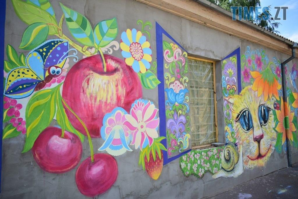 DSC 0970 1024x684 - Синьо-жовтий кіт, фруктовий сад та мистецькі вікна: у Житомирі з'явився новий арт-фасад (ФОТО)