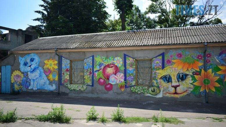 DSC 0974 777x437 - Синьо-жовтий кіт, фруктовий сад та мистецькі вікна: у Житомирі з'явився новий арт-фасад (ФОТО)