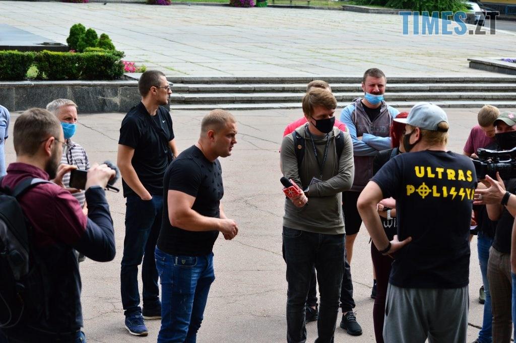 DSC 2287 1024x681 - Скандал: фанати ФК «Полісся» прийшли під стіни Житомирської ОДА вимагати продовження договору оренди тренувальної бази (ФОТО-ВІДЕО)