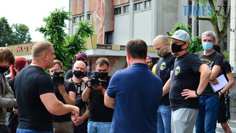 DSC 2296 777x437 - Скандал: фанати ФК «Полісся» прийшли під стіни Житомирської ОДА вимагати продовження договору оренди тренувальної бази (ФОТО-ВІДЕО)