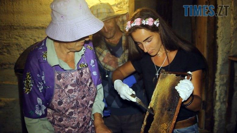 Still1212 00001 4 777x437 - Перший мед у кінці липня: бджолярі показали процес його  видобутку (ВІДЕО)