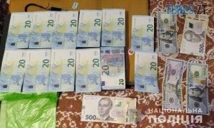 denhy 300x180 - На Житомирщині група чоловіків налагодила схему поставки наркотиків до місць позбавлення волі (ФОТО)