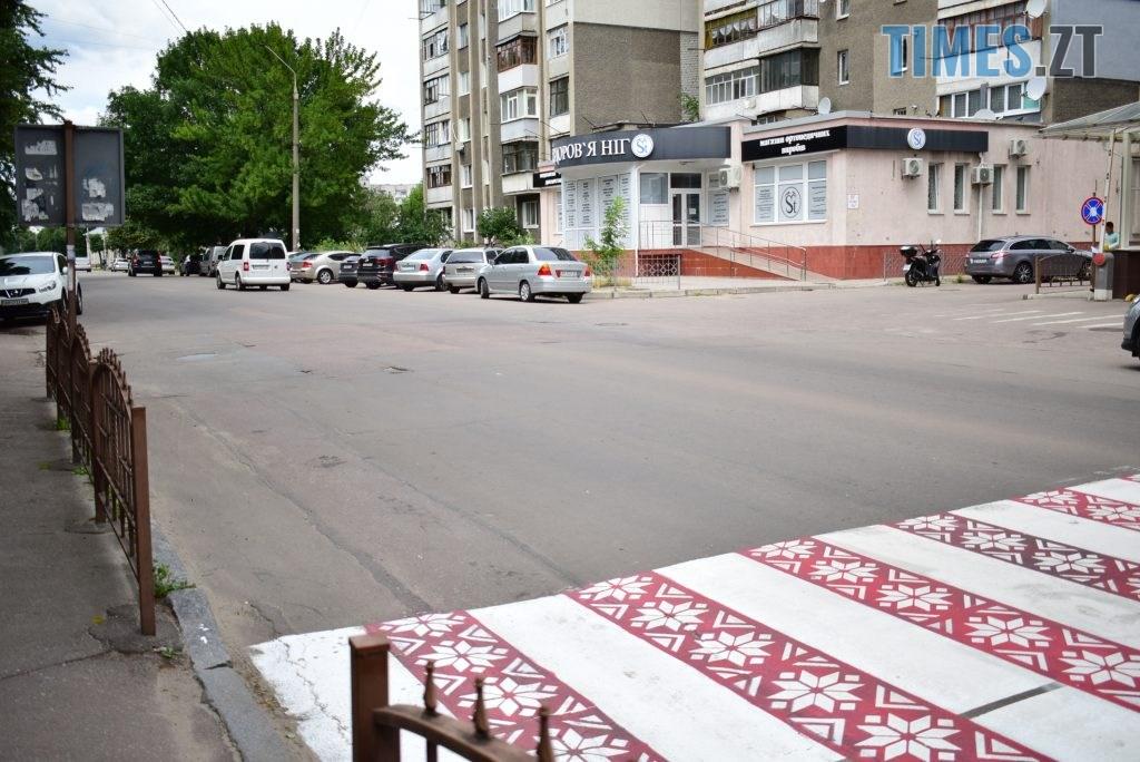 e87cad5c 2b65 4a4e a68c b4b4fae1324c 1024x684 - Повна рожа та шеврони: в Житомирі пішохідний перехід оздобили українським орнаментом (ФОТО)