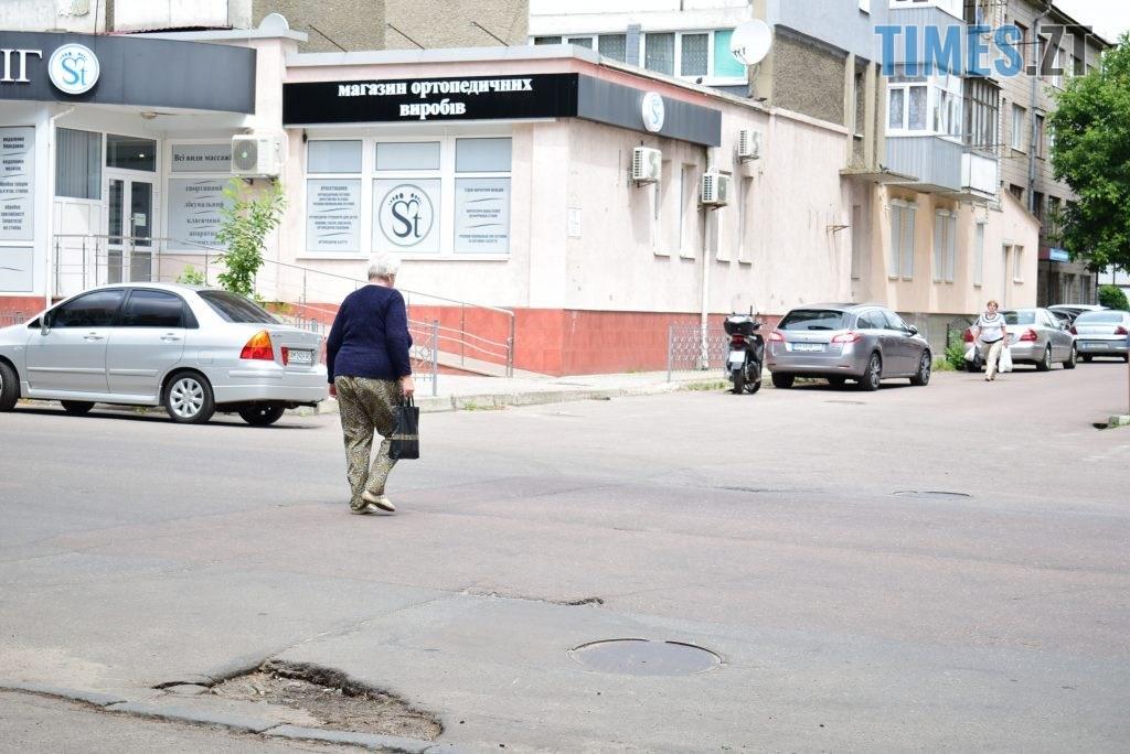 f27d965a f219 489f 9b67 f2e031f8d9b0 1024x684 - Повна рожа та шеврони: в Житомирі пішохідний перехід оздобили українським орнаментом (ФОТО)