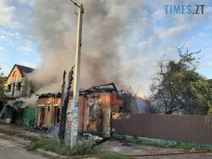 02 1 300x225 - У Коростені загорівся 2-поверховий магазин, полум`я перекинулося на ще три споруди (ФОТО)