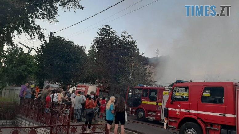 06 777x437 - У Коростені загорівся 2-поверховий магазин, полум`я перекинулося на ще три споруди (ФОТО)