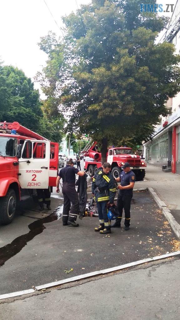 1 - У багатоповерхівці в центрі Житомира сталася пожежа, з квартири рятувальники винесли напівпритомну пенсіонерку (ФОТО)