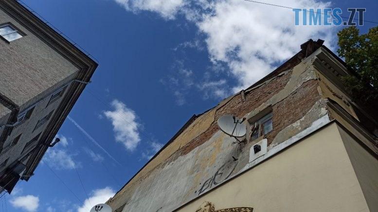 915aa58f 0554 4799 bec1 cc171619c586 777x437 - У Житомирі триповерховий будинок на Бердичівській обвалюється прямо на голови перехожих