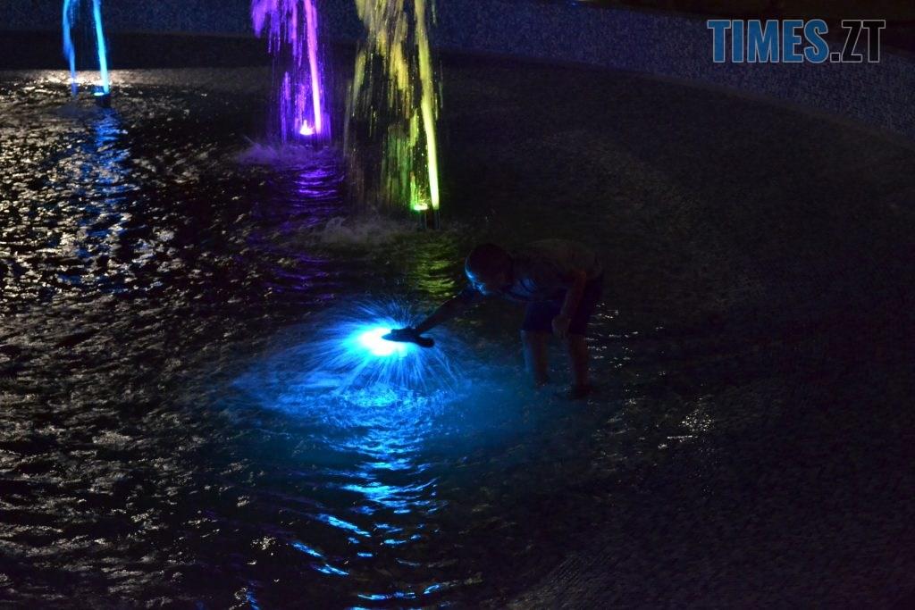 """97781221 863f 453a bfbf 6692763aeb3b 1024x683 - Вдень басейн, ввечері — дискотека: як житомиряни відпочивають біля реконструйованого фонтану """"Космонавт"""" (ФОТОРЕПОРТАЖ)"""