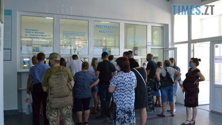 DSC 0543 777x437 - За гроші і без дистанції: у Житомирській обл поліклініці відвідувачі «окупували» реєстратуру (ФОТО)
