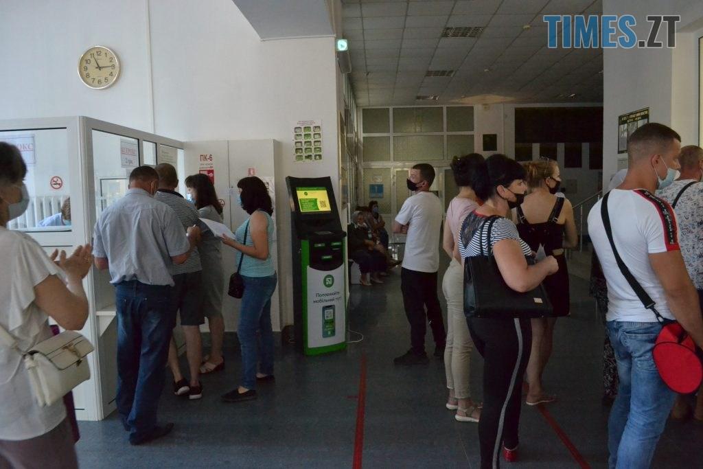 DSC 0548 1024x683 - За гроші і без дистанції: у Житомирській обл поліклініці відвідувачі «окупували» реєстратуру (ФОТО)