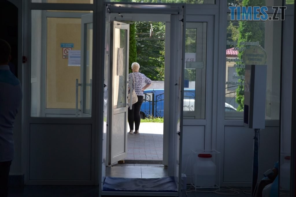 DSC 0554 1024x683 - За гроші і без дистанції: у Житомирській обл поліклініці відвідувачі «окупували» реєстратуру (ФОТО)