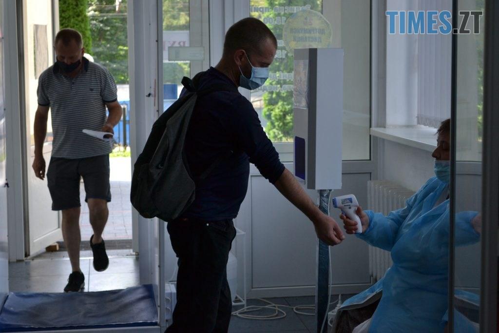 DSC 0557 1024x683 - За гроші і без дистанції: у Житомирській обл поліклініці відвідувачі «окупували» реєстратуру (ФОТО)