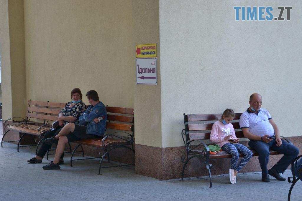 DSC 0560 1024x683 - За гроші і без дистанції: у Житомирській обл поліклініці відвідувачі «окупували» реєстратуру (ФОТО)