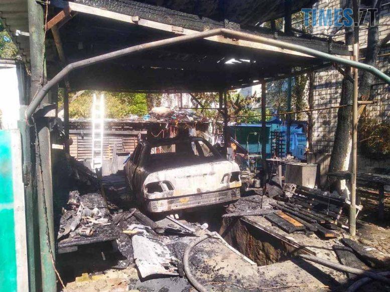 IMG a3bb2d7a707b0c7fedf5a57a185789e7 V e1597754411188 - На території приватного домоволодіння в Житомирі згорів Mercedes (ФОТО)