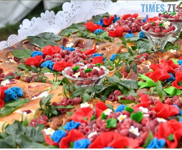 IMG 20200830 134015 - На Житомирщині відбувся ягідний фестиваль, де спекли рекордний 2-метровий пиріг