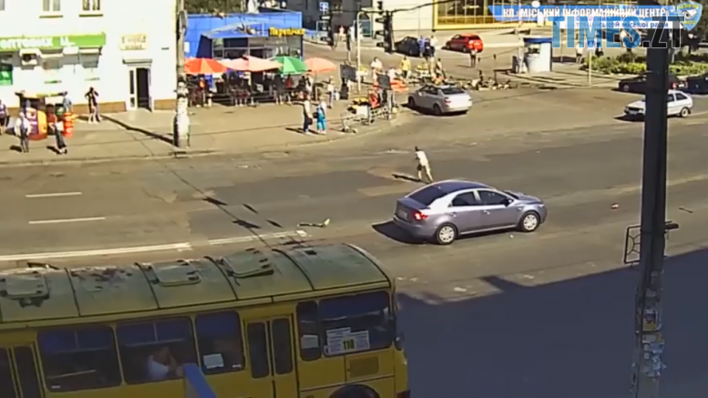 Screenshot 10 777x437 - В Житомирі дитина потрапила під колеса автівки на пішохідному переході (ВІДЕО)