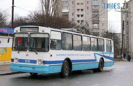 """unnamed - У житомирському тролейбусі чоловік провалився крізь підлогу, постраждалого забрала """"швидка"""" (ФОТО)"""