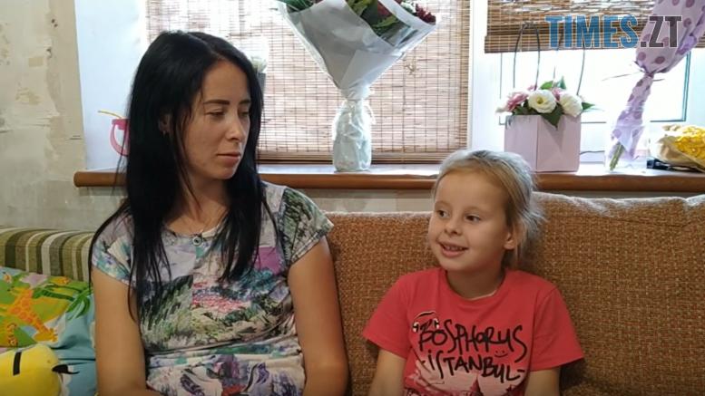 2 1 777x437 - У Житомирі жінка втратила через борг будинок, а тепер тримає у страху сім'ю нових власників (ВІДЕО)