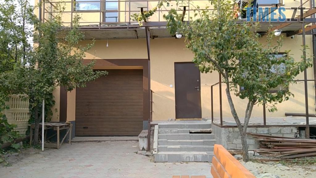 3 1 1024x576 - У Житомирі жінка втратила через борг будинок, а тепер тримає у страху сім'ю нових власників (ВІДЕО)