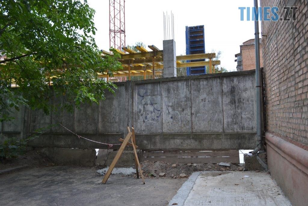 """DSC 0179 1024x683 - """"Сплю з документами, щоб встигнути вискочити"""": у Житомирі будують бізнес центр, який руйнує сусідній будинок"""
