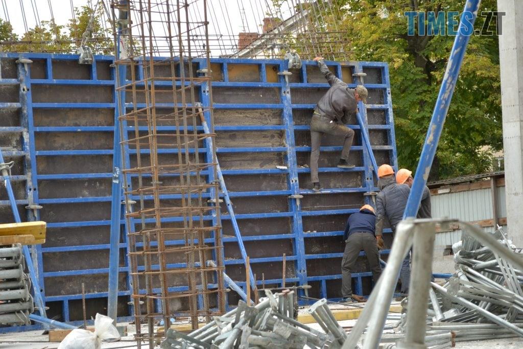 """DSC 0187 1024x683 - """"Сплю з документами, щоб встигнути вискочити"""": у Житомирі будують бізнес центр, який руйнує сусідній будинок"""