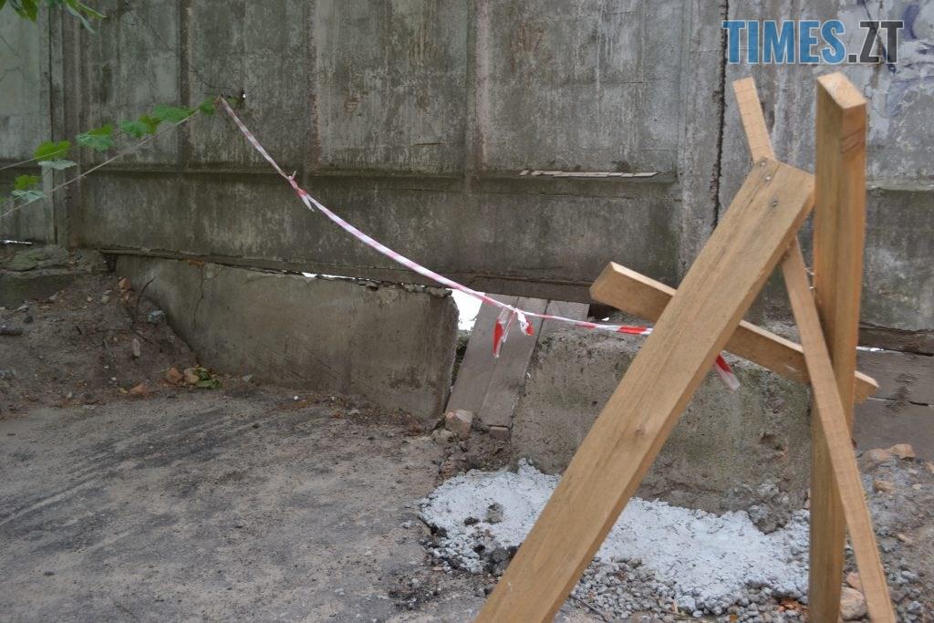 """DSC 0190 1024x683 - """"Сплю з документами, щоб встигнути вискочити"""": у Житомирі будують бізнес центр, який руйнує сусідній будинок"""
