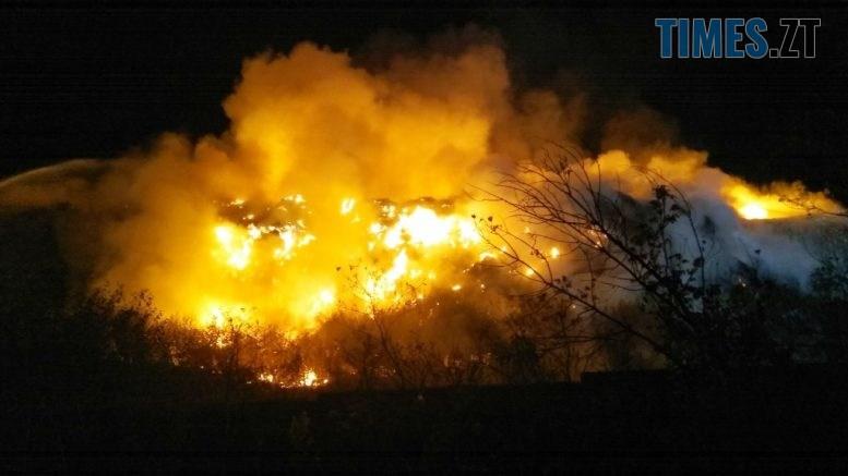 IMG 0478 777x437 - У Житомирі палає понад 400 кв.м. сміттєзвалища, ліквідація пожежі триває з учорашнього вечора (ФОТО)