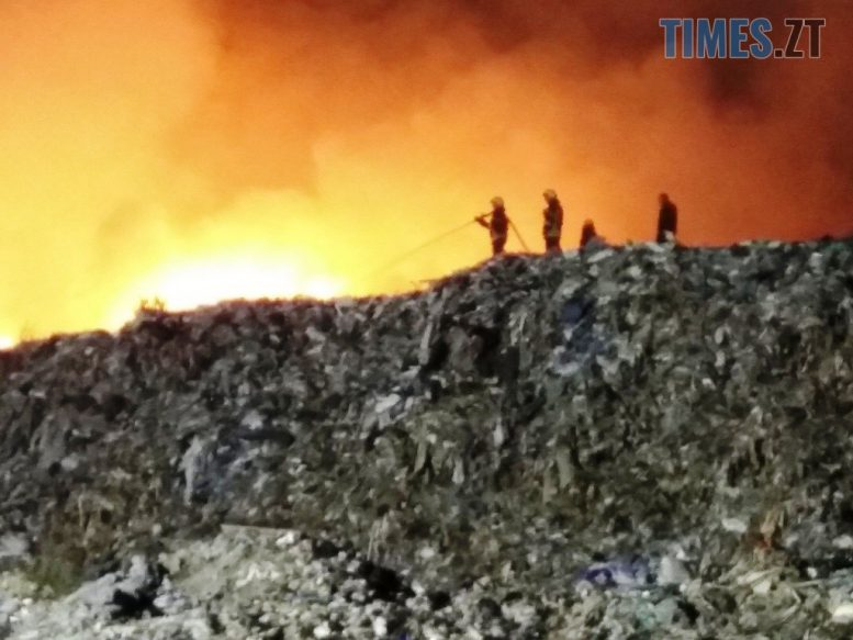IMG 0479 e1601113341831 - У Житомирі палає понад 400 кв.м. сміттєзвалища, ліквідація пожежі триває з учорашнього вечора (ФОТО)