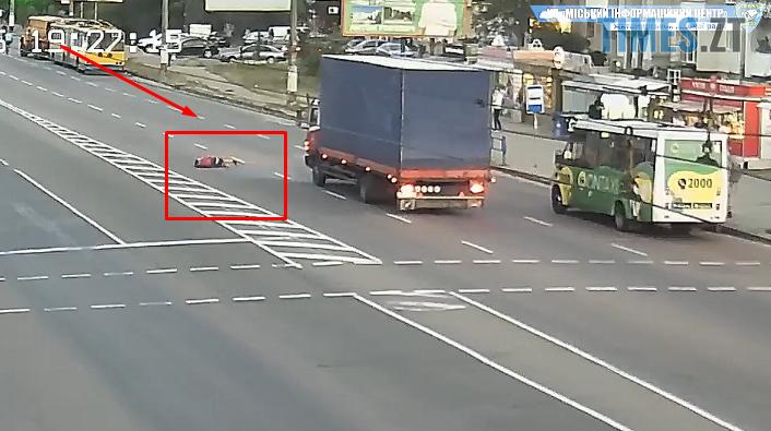 Screenshot 3 11 - З`явилось відео, як вантажівка збила підлітка на проспекті Миру в Житомирі (ВІДЕО)