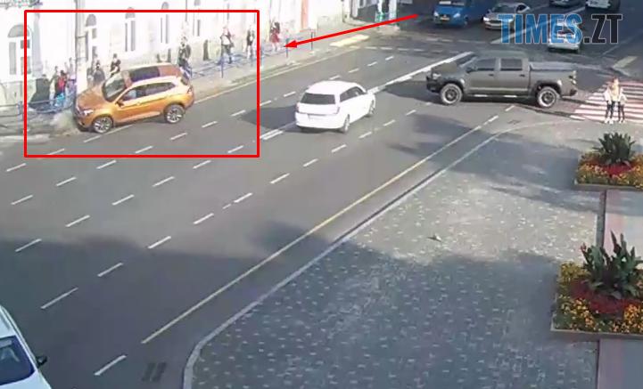 Screenshot 7 6 721x437 - Житомир: камери зафіксували, як на вул. В. Бердичівській авто не вписалося в поворот і знесло електроопору (ВІДЕО)