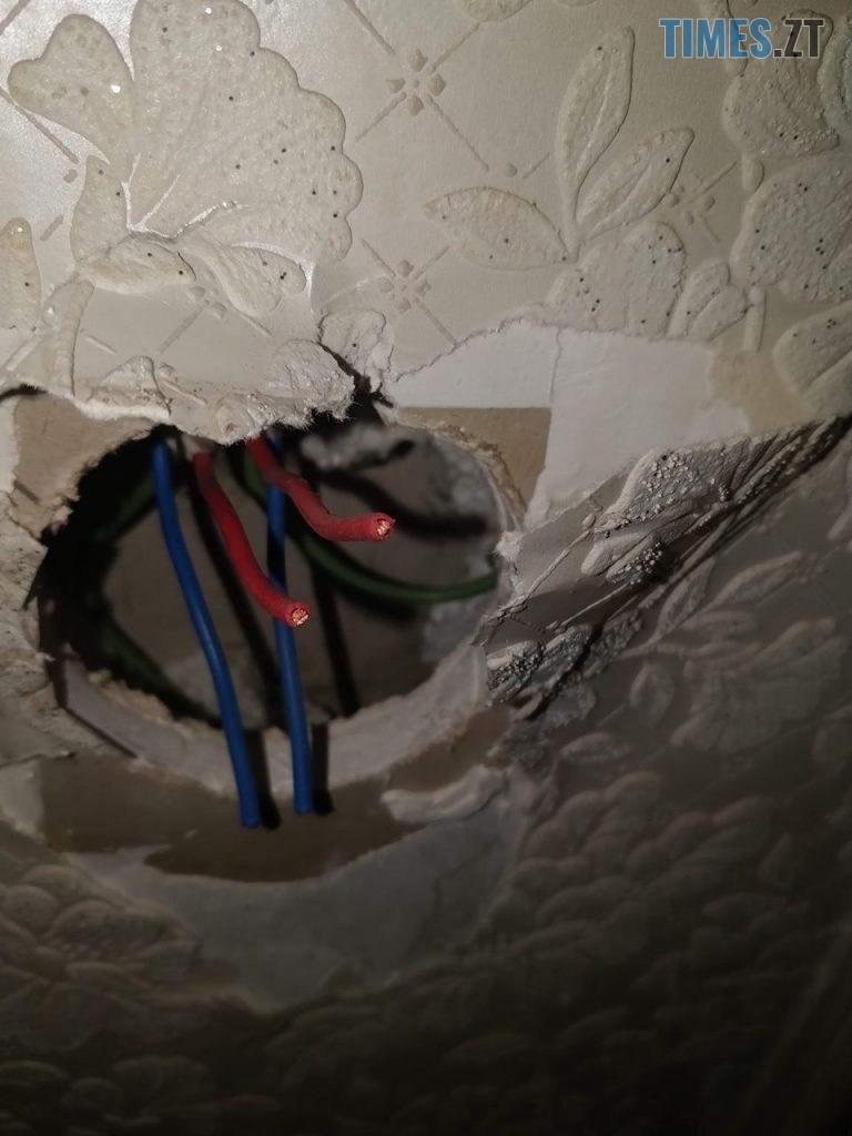 photo5424714441729093717 768x1024 - У Житомирі жінка втратила через борг будинок, а тепер тримає у страху сім'ю нових власників (ВІДЕО)
