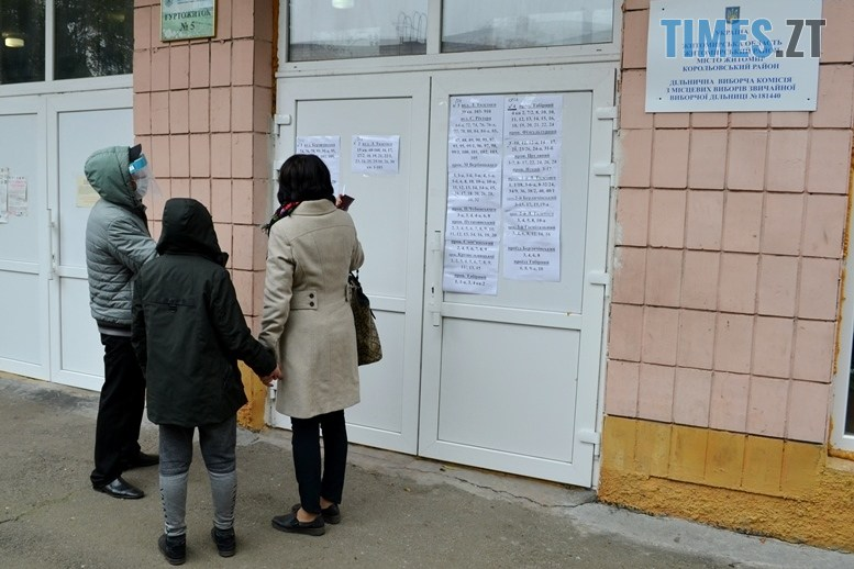 01 8 - Житомирська влада зриває вибори: ДВК змайструвала кабінки для голосування з парт (ВІДЕО)