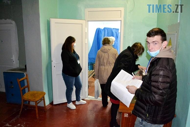02 13 - Житомирська влада зриває вибори: ДВК змайструвала кабінки для голосування з парт (ВІДЕО)