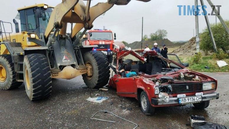 1 777x437 - У селі на Чуднівщині ВАЗ зіштовхнувся з великогабаритним навантажувачем, є загиблі (ФОТО)