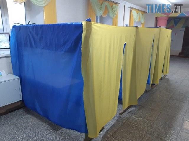 10 7 - Кабінок немає, але голосування йде: у мережі показали, як виглядають саморобні кабінки для голосування (ФОТО)