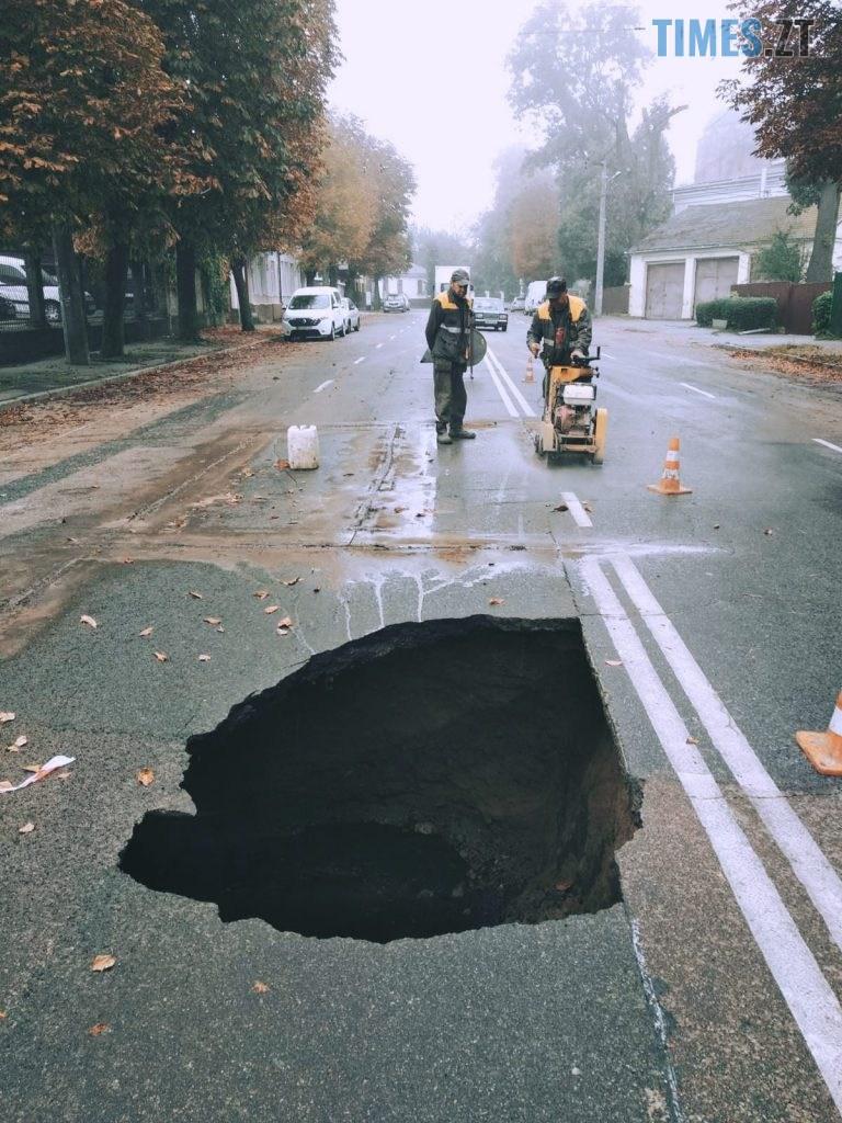 121059469 1352172135136646 3091464490084407524 o 768x1024 - На одній з вулиць Житомира провалився асфальт прямо посеред проїжджої частини (ФОТО)