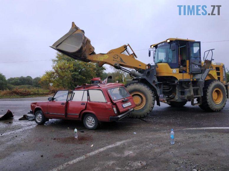 2 e1601542122651 - У селі на Чуднівщині ВАЗ зіштовхнувся з великогабаритним навантажувачем, є загиблі (ФОТО)
