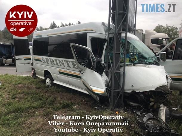 """2550942 - На Житомирській трасі легковик """"підрізав"""" мікроавтобус, травмовано 10 людей (ФОТО)"""