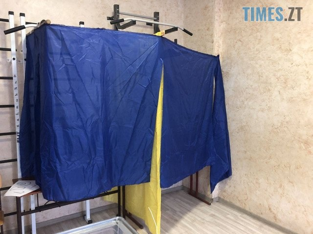 35 - Кабінок немає, але голосування йде: у мережі показали, як виглядають саморобні кабінки для голосування (ФОТО)