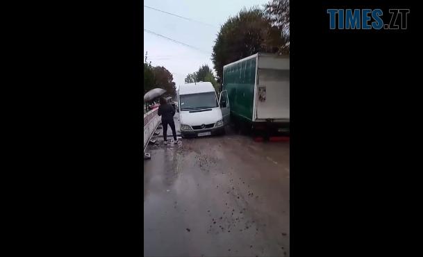 Screenshot 1 12 - На Гагаріна в Житомирі дві вантажівки провалилися в траншею, яку викопали комунальники (ВІДЕО)