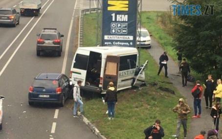 """Screenshot 4 5 - На Житомирській трасі легковик """"підрізав"""" мікроавтобус, травмовано 10 людей (ФОТО)"""