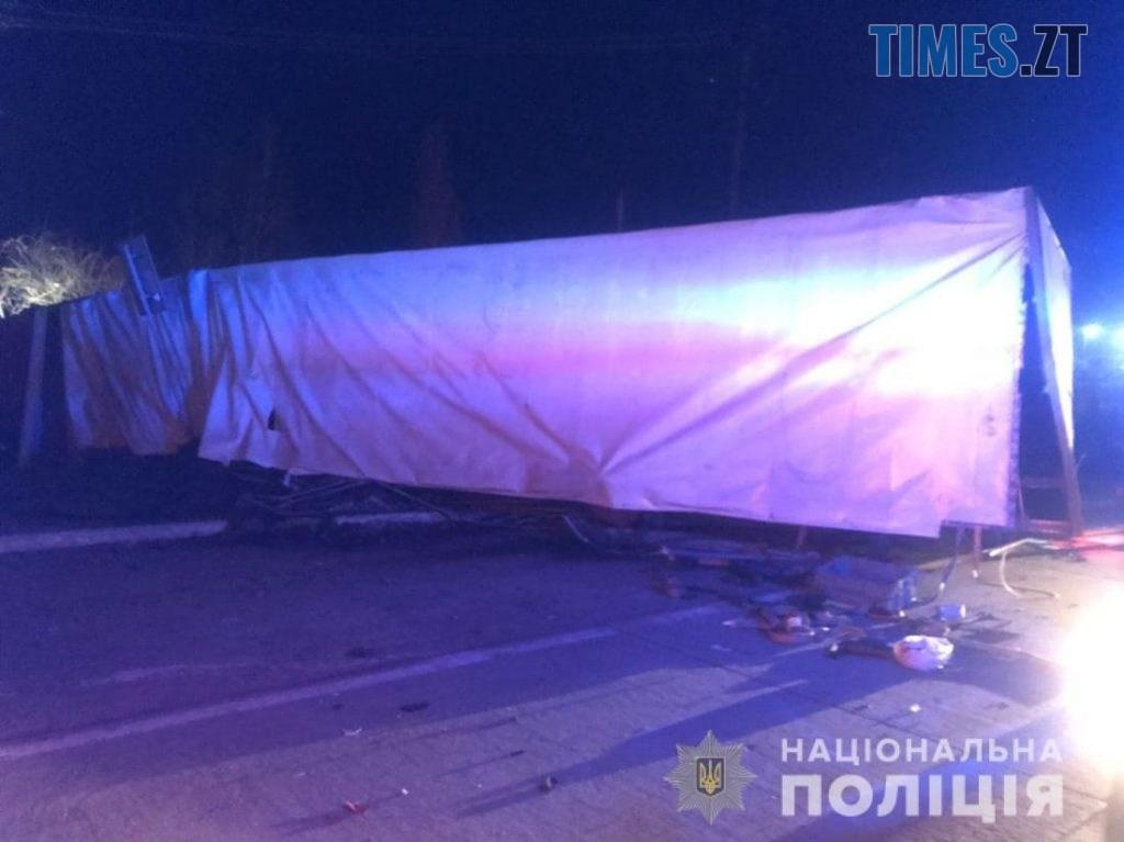 09 05 33 1024x767 - На трасі в Житомирській області троє людей постраждали унаслідок зіткнення фури та ВАЗа (ФОТО)